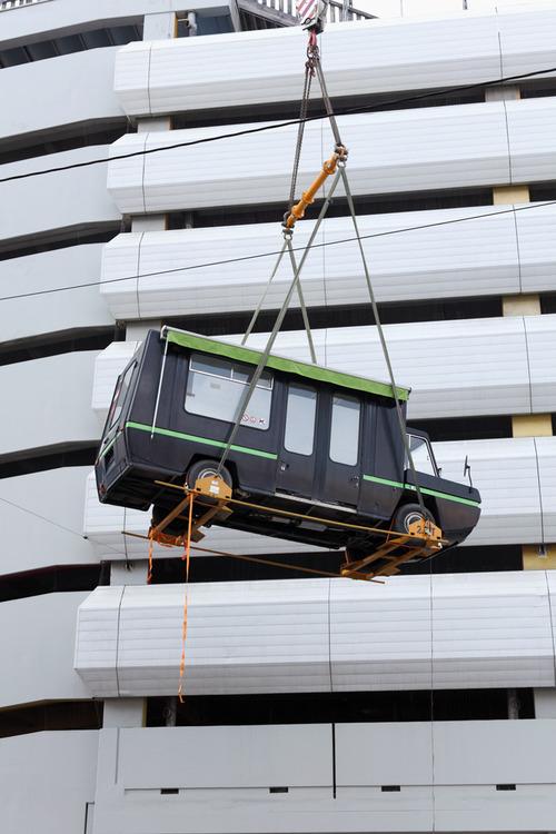 Hebung des neuen Busses auf das Parkdeck 13 des OK Centrums für Gegenwartskunst in Linz. (Foto: Kiosque)