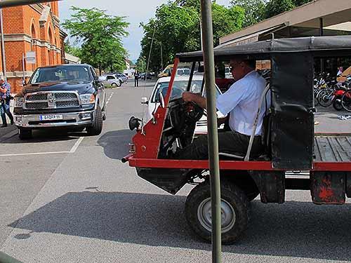 Zwei Transportsysteme aus verschiedenen Zeiten in Begegnung (An Bord des Haflingers: Peter Piffl-Percevic)