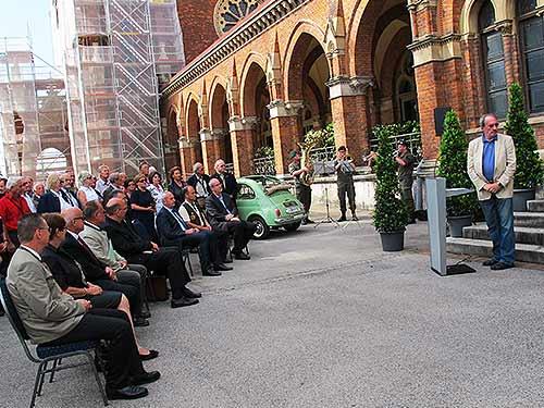 Museums-Leiter Karlheinz Rtahkolb (rechts am Pult) sieht sich nach dem Lauf der Dinge um