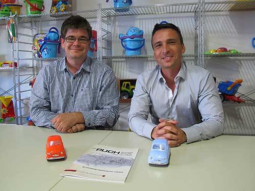 Historiker Jens Riesner (links) und GOWI-Exponent Marco Paul bereiten sich für die renommierte Spielwarenmesse in Nürnberg vor