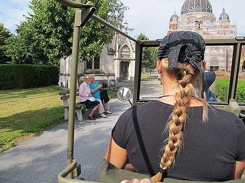 Katja Weigl am Steuer des Puch Haflinger, der in Glesdorf gezeigt wird