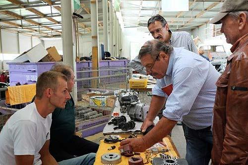 Eine Runde von Mechanikern begutachtet Tunig-Teile (Foto: Der Römer)