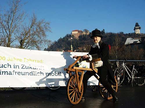 """Alfred Valta in stilgerechter Ausstattung beim """"Neujahrsradeln"""" (Foto: Radlobby Argus Steiermark)"""