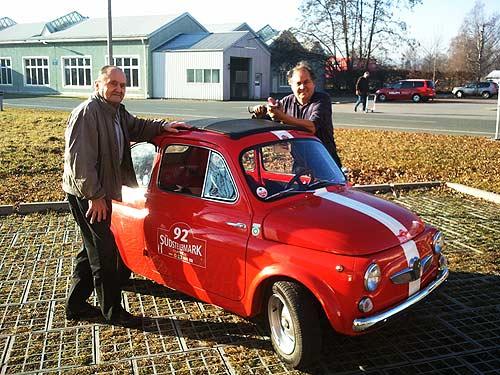 Zwei Puchianer aus den Tagen der Steyr-Daimler-Puch AG: Erwin Ortner (links) und Ferdinand Thaler helfen beim Übersiedeln des Museumns von der Halle C in die Halle P des Einser-Werkes. Das war im Dezember 2011. (Foto: Peter Piffl-Pervcevic)
