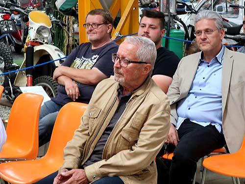 Hinter Heinz Ahlgrimm von links: Ferdinand Wallner, Matthias und Robert Prokschi