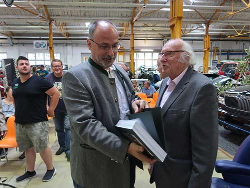 Markus Rudolf (links) läßt sich von Fritz Ehn ein Exemplar signieren. Links dahinter Matthias Prokschi