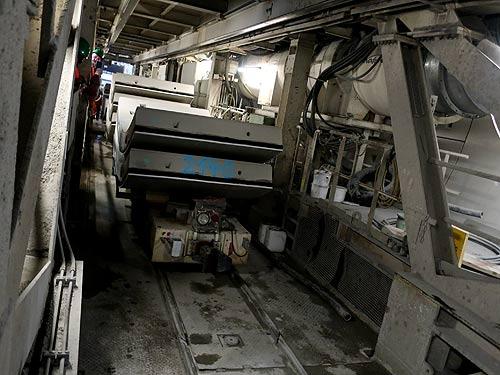 Unter der Bohrmaschine werden die Teile der Tunnelverkleidung angeliefert